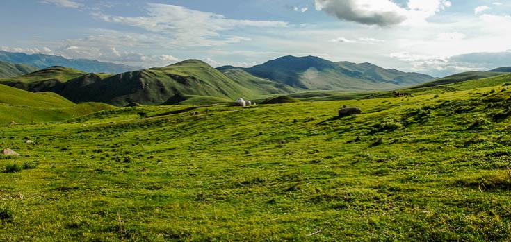 © Vue sur la vaste steppe kirghize