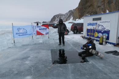 Plongée sous glace lac Baïkal Russie
