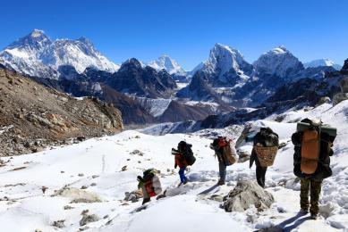 Renjo pass en arrière plan, région de l'Everest
